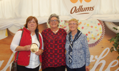 odlums-all-ireland-1st-prize-winner-grania-mc-carty-from-dublin-with-catherine-gallaghter-isa-1